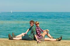 Caminar los pares que se relajan en costa de mar Imagen de archivo libre de regalías