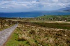 Caminar para arriba la montaña en Irlanda Foto de archivo libre de regalías