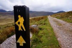 Caminar para arriba la montaña en Irlanda Imagen de archivo