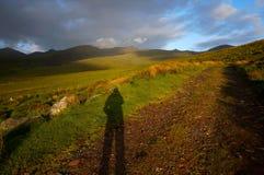 Caminar para arriba la montaña en Irlanda Fotos de archivo libres de regalías