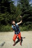 Caminar Selfie con Smartphone del adolescente de la generación Y en bosque Imagenes de archivo