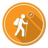 Caminar a turistas con el icono del compás Imagen de archivo