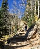 Caminar un rastro rugoso en las montañas rocosas Imagen de archivo libre de regalías