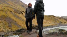 Caminar viaje en Islandia almacen de metraje de vídeo