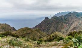 Caminar viaje en las montañas de Anaga cerca de Taborno en la isla de Tenerife Imágenes de archivo libres de regalías