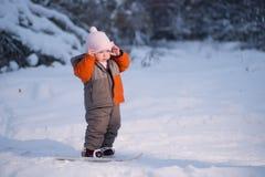 Caminata adorable del bebé en el esquí en parque Imagen de archivo libre de regalías
