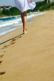 Caminata atractiva en la playa Imagenes de archivo