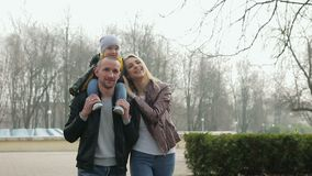 Caminata de la familia en el parque metrajes