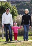 Caminata de la familia en el parque Fotos de archivo