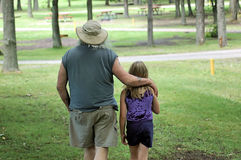 Caminata de la familia en el parque Foto de archivo libre de regalías