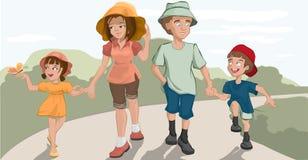 Caminata de la familia en el parque Fotografía de archivo libre de regalías