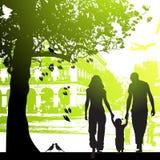 Caminata de la familia en el parque de la ciudad Imagenes de archivo