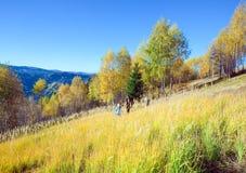 Caminata de la familia en el paso de Nimchich de la montaña del otoño Foto de archivo