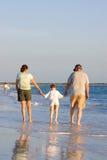 Caminata de la familia en la playa Imagen de archivo