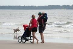 Caminata de la familia por el mar imagen de archivo