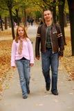 Caminata de la hija del padre Imagen de archivo libre de regalías