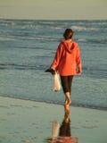 Caminata de la mañana en la playa imágenes de archivo libres de regalías