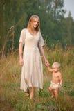 Caminata de la madre Imagen de archivo libre de regalías