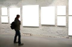 Caminata de la muchacha a través de marcos en la pared de ladrillo Fotos de archivo