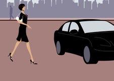 Caminata de la mujer de negocios hacia un coche negro en la calle Imágenes de archivo libres de regalías