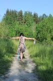 Caminata de la mujer joven en las sandalias del parque y de la explotación agrícola Fotografía de archivo libre de regalías