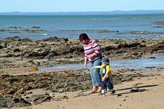 Caminata de la playa fotografía de archivo libre de regalías