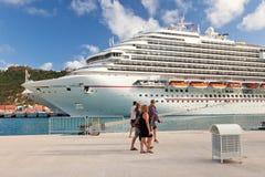Caminata de los pasajeros de la travesía a lo largo del embarcadero al barco de cruceros Imagen de archivo libre de regalías