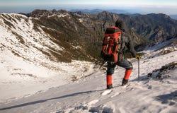 Caminata del hombre en nieve Imagen de archivo