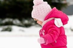 Caminata del niño en nieve imagenes de archivo