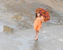 Caminata en la lluvia foto de archivo libre de regalías