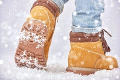 Caminata en la nieve imagenes de archivo