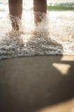 Caminata en la playa Fotos de archivo