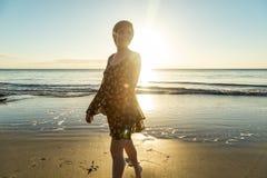 Caminata en la playa fotografía de archivo