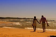 Caminata en la playa asoleada foto de archivo