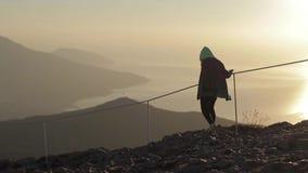 Caminata en las montañas almacen de metraje de vídeo