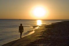 Caminata en una playa Fotos de archivo libres de regalías