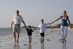 Caminata en una playa Imagenes de archivo