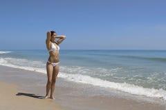 Caminata en una playa foto de archivo libre de regalías