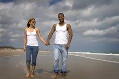 Caminata en una playa imágenes de archivo libres de regalías