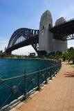 Caminata hacia el puente de Sydney Foto de archivo