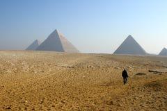 Caminata hacia las pirámides Imagen de archivo libre de regalías