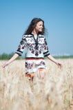 Caminata hermosa de la mujer en campo de trigo Fotografía de archivo