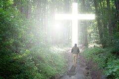 Caminata a la cruz Foto de archivo libre de regalías