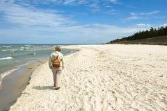 Caminata por el mar. Foto de archivo