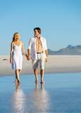 Caminata romántica de la playa Foto de archivo libre de regalías