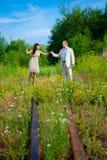 Caminata romántica a lo largo del ferrocarril Fotos de archivo