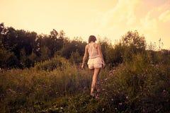 Caminata a través del prado Imagen de archivo libre de regalías