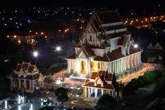 Camine con las velas encendidas a disposición alrededor de un templo en Asalha Puja Day Fotos de archivo