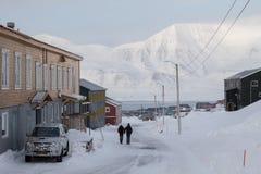 Camine en las calles de Longyearbyen, Spitsbergen (Svalbard) noruega Foto de archivo libre de regalías
