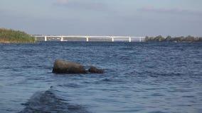 Camine a lo largo del río de Dnepr, cerca del puente almacen de metraje de vídeo